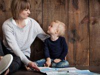 Nama Nama Bayi Laki Laki Modern - Balita Memegang Peta