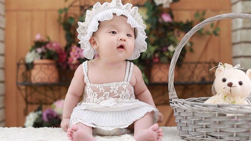 Nama Nama Bayi Perempuan Modern - Bayi Topi Putih
