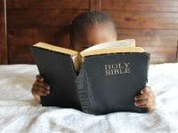 Nama Bayi Laki Laki Kristen Populer - Anak Laki Laki Membaca Alkitab