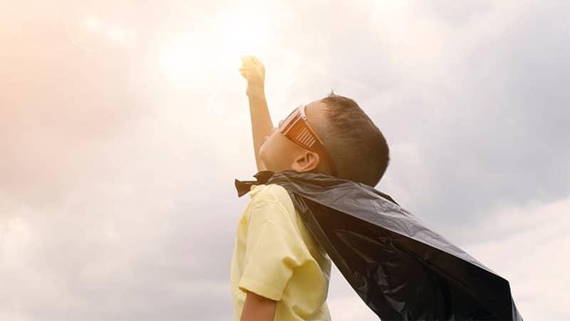 Nama Nama Anak Laki Laki Keren - Anak Laki Laki Berjubah Superhero