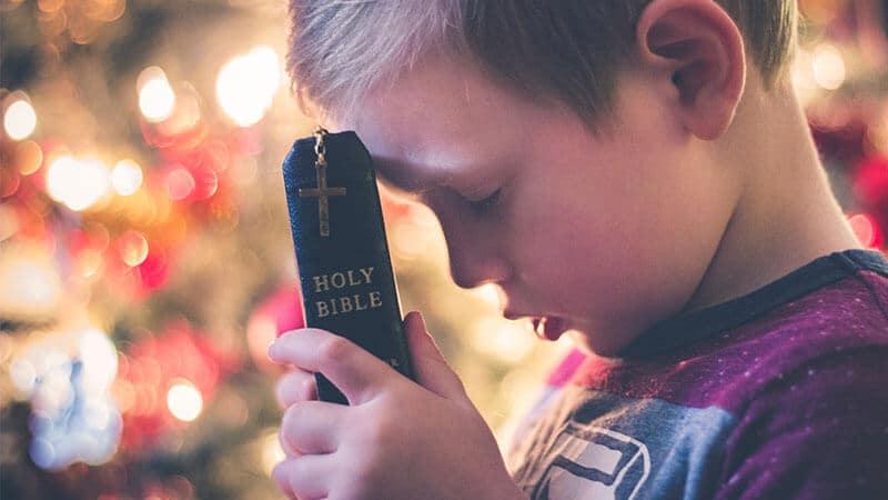 Nama Bayi Laki Laki Kristen Populer - Anak Laki Laki Memegang Alkitab