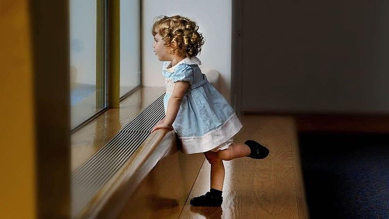 Nama Bayi Perempuan Kristen dan Artinya - Anak Kecil Mengangkat Kaki