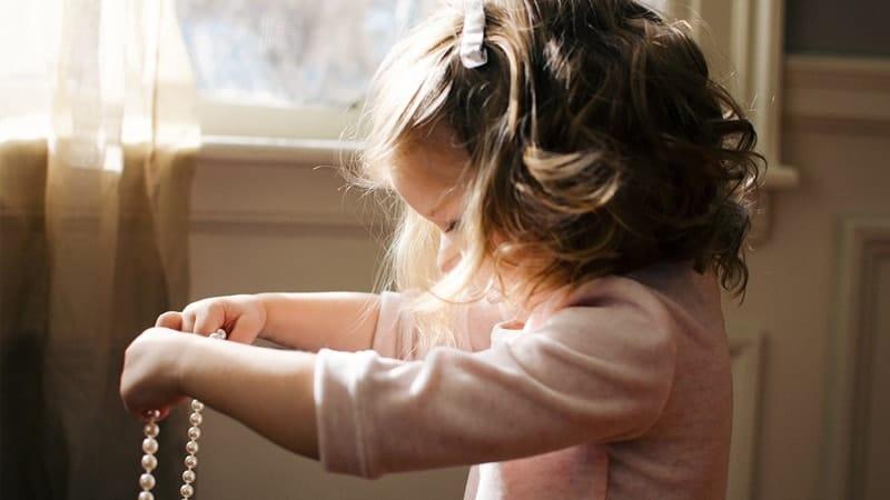 Nama Bayi Perempuan Cantik dan Artinya - Anak Perempuan Bermain Kalung