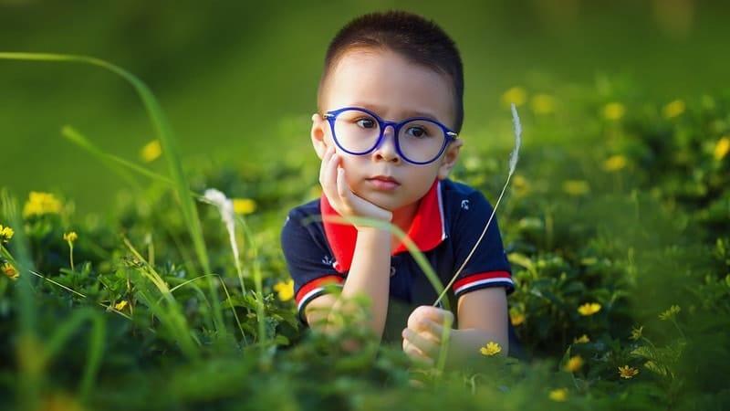 Nama Nama Anak Laki Laki Jawa - Anak Laki Laki Berkacamata