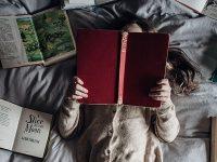 Cerita Dongeng Anak Sebelum Tidur - Anak Perempuan Membaca Buku