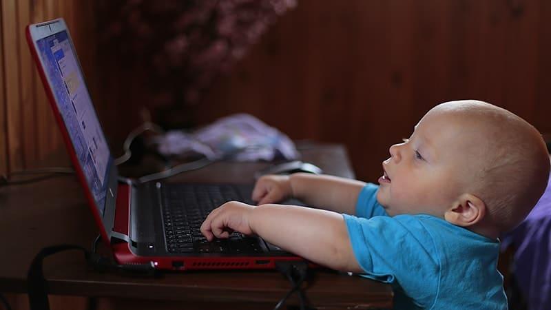 Video Lagu Anak Muslim - Balita Menonton Laptop