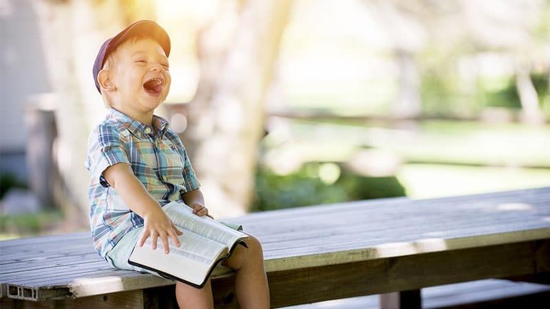 Cerita Dongeng Anak Sebelum Tidur - Anak Kecil Membaca Buku dan Tertawa