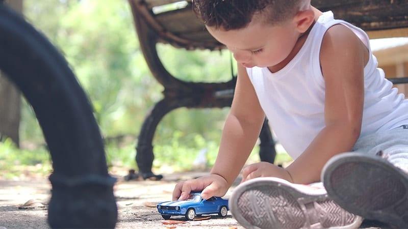 Mainan Anak Laki Laki - Bocah Laki Laki Main Mobil Mobilan