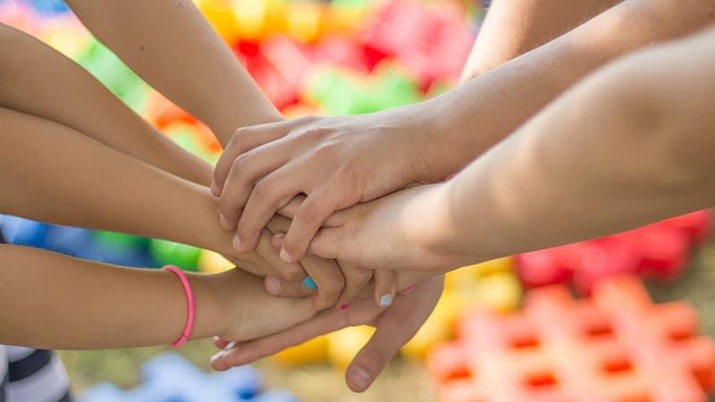 Pendidikan Karakter - Tangan Saling Bertautan