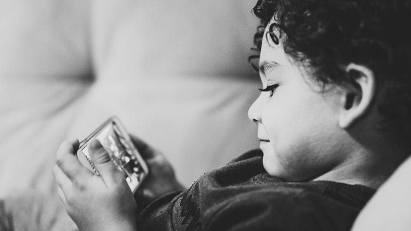 Cara mengatasi anak susah makan - Anak kecil main gadget