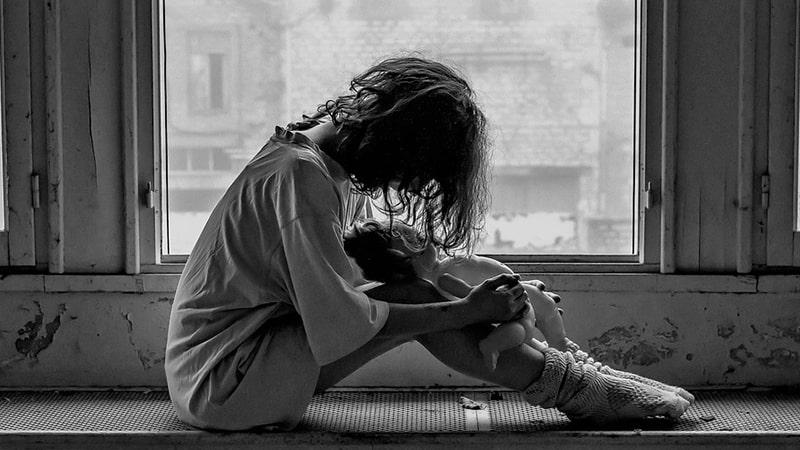 Ciri-Ciri Anak Broken Home - Anak Duduk Menunduk Memangku Boneka