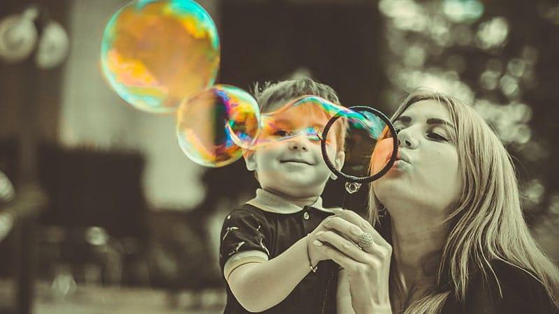 Pendidikan Karakter - Anak Main Balon Air dengan Bundanya