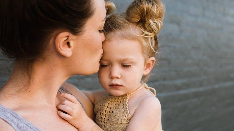 Tantrum - Anak Perempuan Ditenangkan Ibunya