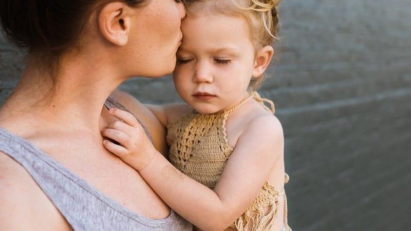 Cara Mendidik Anak Autis di Rumah - Anak Digendong Ibunya