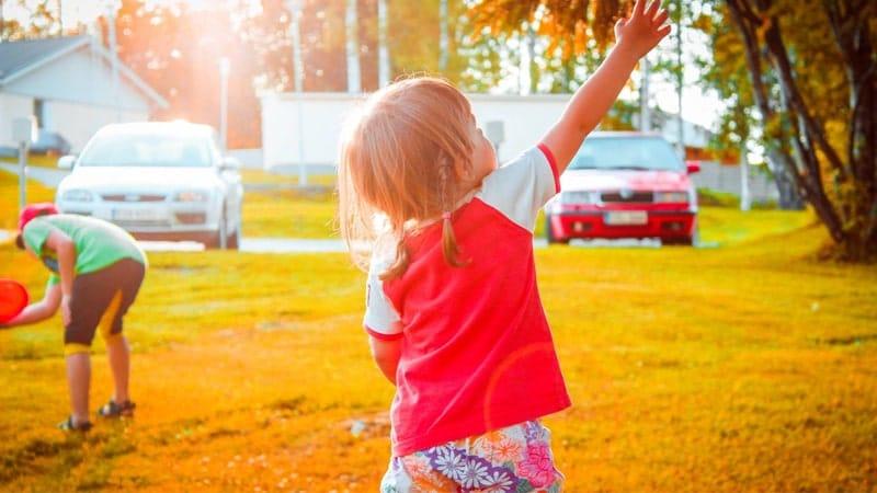 Cara Mendidik Anak Autis di Rumah - Anak Bermain di Luar Rumah