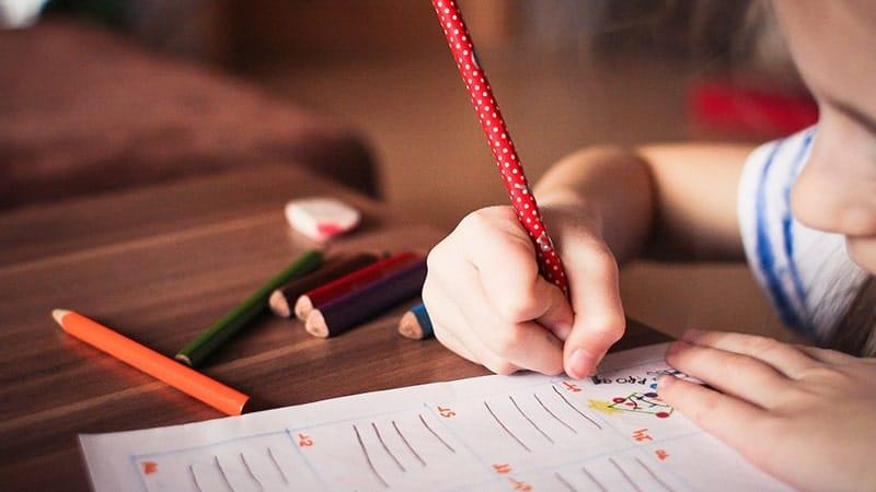 Cara mendidik anak yang baik - Anak kecil menggambar
