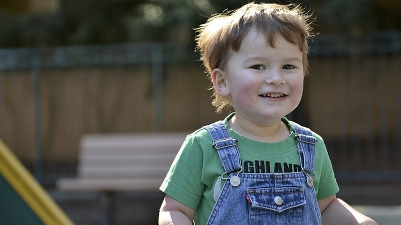 Autis - Anak Laki-Laki Tersenyum