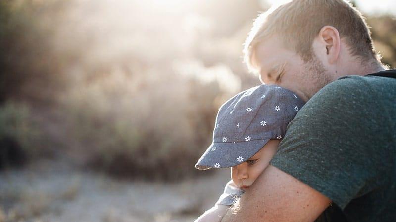 Cara Mengatasi Anak Nakal - Anak Laki-Laki Dipeluk Ayahnya