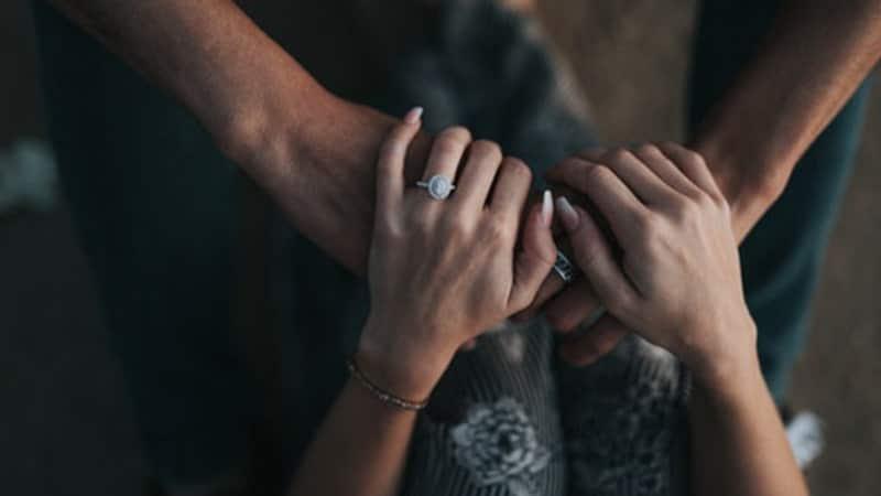 Autis - Dua Orang Saling Menggenggam Tangan