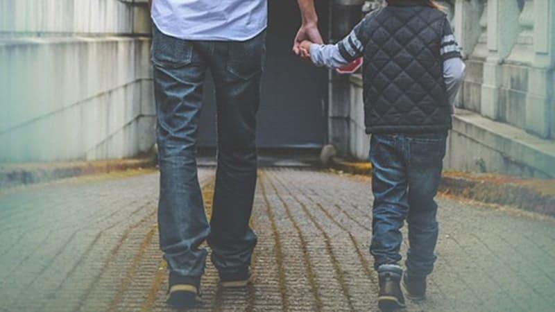 Permasalahan Anak Usia Dini - Ayah Berjalan dengan Putranya