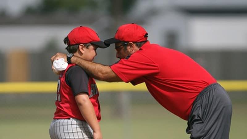 Permasalahan Anak Usia Dini - Ayah Melatih Putranya Main Bisbol