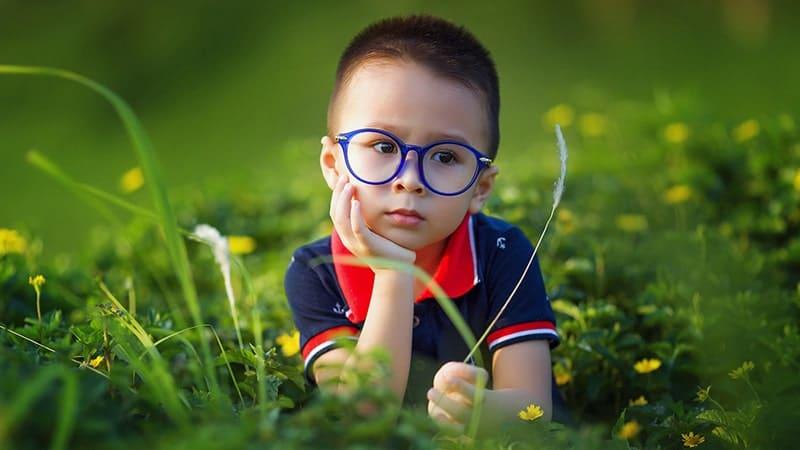 Ciri-Ciri Anak Cerdas - Anak Berkacamata